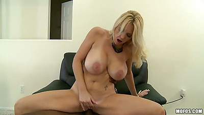 Reverse cowgirl white pussy milf sitting on black dick