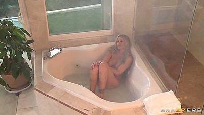 Big tits blonde milf Julia Ann naked and wet in teh bathtub